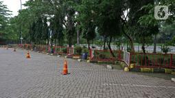 Suasana parkiran di rest area KM 62 tol Jakarta Cikampek, Jawa Barat, Kamis (28/5/2020). Larangan mudik Idul Fitri 1441 H dan ketatnya keluar masuk kendaraan di sejumlah daerah berimbas pada penurunan pendapatan para penjual di rest area tersebut. (Liputan6.com/Herman Zakharia)