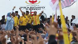 Sekjen Partai Berkarya, Priyo Budi Santoso (tengah) saat kampanye terbuka Capres nomor urut 02, Prabowo Subianto di area Stadion Pakansari Kab Bogor, Jumat (29/3). Kampanye terbuka itu dihadiri tokoh partai politik yang tergabung dalam Koalisi Indonesia Adil Makmur. (Liputan6.com/Helmi Fithriansyah)