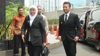 Gubernur Jawa Timur Khofifah Indar Parawansa dan wakilnya, Emil Dardak mendatangi gedung KPK di Jakarta, Rabu (20/2). KPK menerima kunjungan kepala daerah yang baru dilantik untuk beraudiensi mengenai upaya pencegahan korupsi. (Merdeka.com/Dwi Narwoko)