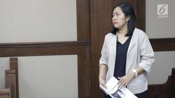 Direktur Keuangan PT Inersia Ampak Engineer (IAE), M Indung Andriani bersiap menjalani sidang pembacaan dakwaan di Pengadilan Tipikor, Jakarta, Rabu (20/8/2019). M Indung didakwa membantu anggota komisi VI DPR RI, Bowo Sidik Pangarso menerima uang dari PT HTK. (Liputan6.com/Helmi Fithriansyah)