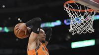 Aksi pemain Tim Dunia asal Memphis Grizzlies, Dillon Brooks, pada pertandingan Rising Star Challenge di NBA All-Star 2018, di Staples Center, Sabtu (17/2/2018). (AP Photo/Mark J. Terrill)