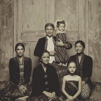 Andhika Pratama dan Ussy Sulistiawaty dalam balutan busana Jawa (Dok. Instagram/@andhiiikapratama/https://www.instagram.com/p/BpRfFjwFtVM/?hl=en&taken-by=andhiiikapratama/Komarudin)