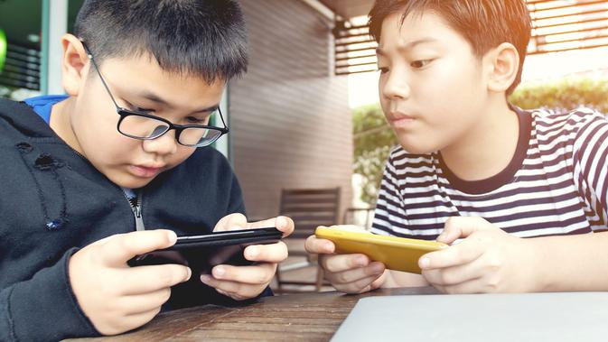 Anak kecanduan gadget/copyright: shutterstock