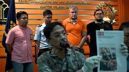 Terrence Murrel dihadirkan saat konferensi pers di kantor Imigrasi di Jimbaran, Bali (30/7/2019). Terrence Murrel merupakan buronan dalam kasus penjualan steroid ilegal senilai 2 juta poundsterling. (AFP Photo/Sonny Tumbelaka)