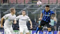 Striker Inter Milan, Lautaro Martinez, menyundul bola saat melawan Borussia Moenchangladbach pada laga Liga Champions di Stadion Giuseppe Meazza, Kamis (22/10/2020). Kedua tim bermain imbang 2-2. (AP/Luca Bruno)