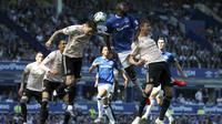 Bek Everton, Kurt Zouma, duel udara dengan bek Manchester United, Victor Lindelof, pada laga Premier League di Goodison Park, Minggu (21/4). Everton menang 4-0 atas Manchester United. (AP/Martin Rickett)