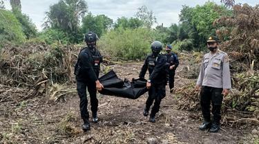 Tim Jibom Polda Aceh sedang mengevakuasi bom rakitan yang ditemukan di Aceh Utara (Liputan6.com/Ist)