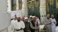 Sejumlah jamaah melaksanakan shalat sunah di Raudhah, sebelah makam nabi Muhammad SAW di Masjidil Nabawi, Arab Saudi. (Antara)