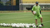 Pelatih Persib Bandung Robert Alberts menyebut latihan pukul 10.00 cukup bagus untuk menjaga ritme biologis tubuh. (Liputan6.com/Huyogo Simbolon)