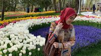 Ayu Ting Ting di taman yang dipenuhi bunga tulip (Instagram/@ayutingting92/https://www.instagram.com/p/BwLxxORF_Is/Komarudin)