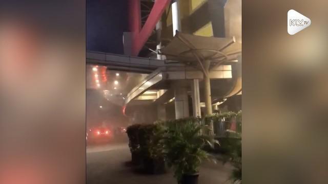 Kebakaran melanda sebuah pusat perbelanjaan Pejaten Village, Jakarta Selatan. Petugas pemadam kebakaran pun dikerahkan ke lokasi.