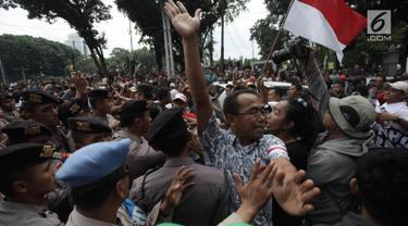 Demonstran driver online saling dorong dengan pihak kepolisian saat unjuk rasa di depan Istana Negara, Jakarta, Rabu (14/2). Kericuhan nyaris terjadi lantaran demonstran mencegat para driver online yang masih beroperasi. (Liputan6.com/Arya Manggala)