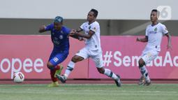 Penyerang Arema FC Kushedya Hari Yudo berebut bola dengan pemain Persikabo 1973 Abduh Lestaluhu pada laga Piala Menpora di Stadion Manahan, Solo, Minggu (21/3/2021). Kedua tim bermain imbang 1-1. (Bola.com/M Iqbal Ichsan)