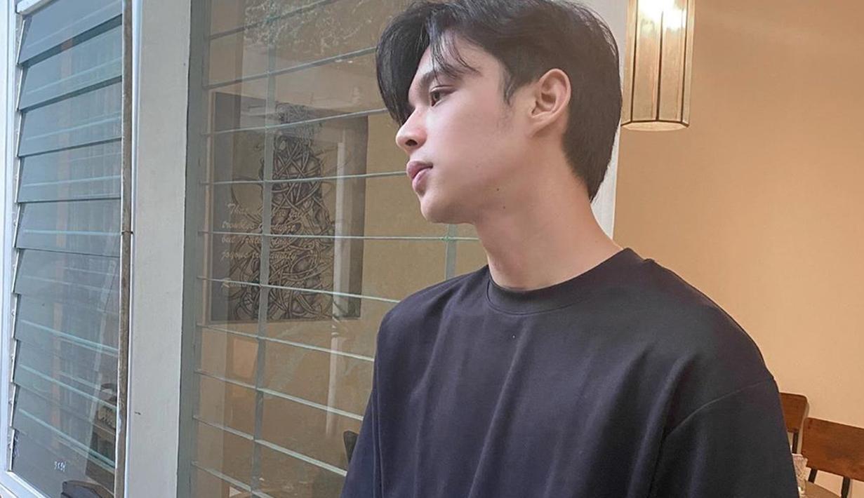 Pria kelahiran 1998 ini dikenal aktif membagikan kegiatannya di Instagram pribadinya. tak terkecuali gaya OOTD-nya yang ia pakai. meski simpel hanya pakai kaos hitam, dirinya tetap terlihat tampn.(Liputan6.com/IG/@rey_mbayang)
