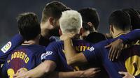 Para pemain Barcelona merayakan gol yang dicetak Ivan Rakitic ke gawang Real Betis pada laga La Liga Spanyol di Stadion Benito Vilamarin, Sevilla, Minggu (21/1/2018). Betis kalah 0-5 dari Barcelona. (AFP/Cristina Quicler)