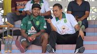 Gelandang Persebaya Surabaya, Nelson Alom mulai menunjukkan perkembangan yang membaik dari cedera lutut yang dialaminya. (Bola.com/Aditya Wany)