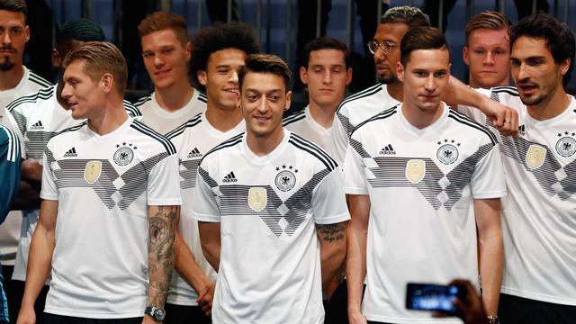 10a48fa0463 Timnas Jerman Pamer Jersey Terbaru. Pemain Timnas Jerman berpose  memperkenalkan jersey terbaru untuk Piala Dunia 2018 ...
