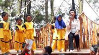 GKR Hemas mendongeng di hadapan ratusan anak dan orangtua di hutan pinus Mangunan Bantul (Liputan6.com/Switzy Sabandar)