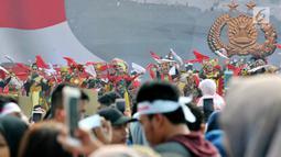 Tarian tradisional memeriahkan Festival Damai Millenial Road Safety di kawasan Monumen Nasional (Monas), Jakarta, Minggu (23/6/2019). Festival ini juga dimeriahkan oleh berbagai atraksi dan pertunjukan musik artis Tanah Air. (merdeka.com/Iqbal Nugroho)