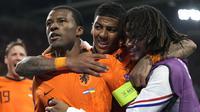 Georginio Wijnaldum (kiri) dan timnya melakukan selebrasi setelah mencetak gol pembuka selama pertandingan grup C Euro 2020 antara Belanda melawan Ukraina di Johan Cruijff Arena, Amsterdam pada Senin (14/06/2021) dini hari WIB. (AP/Pool/Peter Dejong)