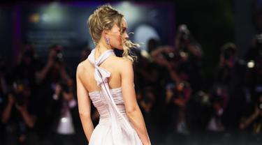 Aktris Lily-Rose Depp berpose setibanya di pemutaran perdana film 'The King' di Festival Film Venice edisi ke-76, Venice, Italia (2/9/2019). Putri aktor Johnny Depp ini tampil memesona berbalut gaun berwarna pink di karpet merah Venice Film Festival 2019. (AP Photo/Arthur Mola)