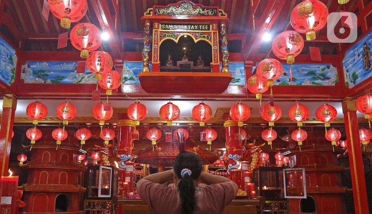 Warga keturunan Tionghoa sembahyang di Klenteng Hok Lay Kiong, Bekasi, Jawa Barat, Kamis (11/2/2021). Sembahyang di malam Imlek ini sebagai ungkapan syukur atas rezeki dan keselamatan dari Tuhan serta untuk pengharapan kehidupan lebih baik di tahun Kerbau. (Liputan6.com/Herman Zakharia)