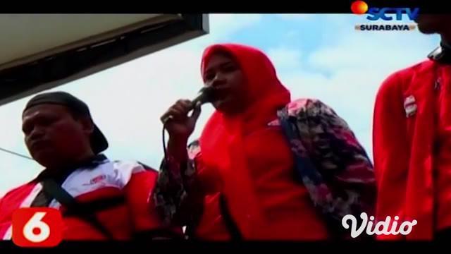 Ratusan buruh yang berunjuk rasa menolak Omnibus Law Cipta Lapangan Kerja, memblokade jalan rute Sidoarjo-Surabaya dengan membakar kayu di perempatan jalan Gedangan, Rabu (11/3). Tak pelak, aksi buruh ini menimbulkan kemacetan.
