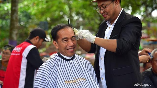 Gaya Jokowi Ikut Cukur Rambut Massal di Garut - News Liputan6.com e483a21143
