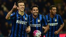 Para pemain Inter Milan merayakan gol yang dicetak oleh Ivan Perisic ke gawang Bologna pada laga Serie A Italia di Stadion San Siro, Sabtu (12/3/2016). Inter Milan berhasil menang 2-1 atas Bologna. (AFP/Giuseppe Cacace)