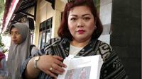 Maulina Pia Wulandari saat menunjukkan foto hasil editan orang tidak bertanggung jawab.  (Fisca Tanjung/JawaPos.com)