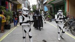 Anggota kelompok pemuda dalam kostum Star Wars menghibur warga di Malabon, Metro Manila, Filipina, Kamis (30/4/2020). Kelompok pemuda berkostum Star Wars menghibur warga selama karantina berkelanjutan akibat COVID-19 serta mengingatkan mereka agar tetap di rumah. (AP Photo/Aaron Favila)
