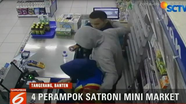 Dari rekaman kamera pemantau terlihat saat empat orang perampok masuk dan langsung mengancam dengan senjata tajam kepada penjaga minimarket di Tangerang.