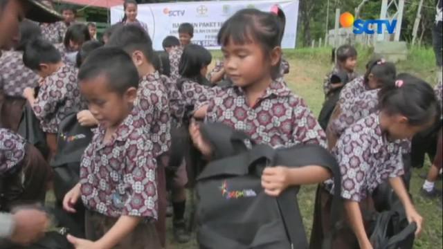 Sekolah di daerah Kayan Hilir, Kabupaten Sintang, Kalimantan Barat, ini tidak tersentuh lagi dengan perbaikkan sejak dibangun tahun 70-an.