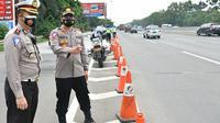 Kabag Ops Korlantas Polri Kombes Rudy Antariksawan memantau arus lalu lintas kendaraan pada arus balik libur tahun baru di ruas Tol Cikupa-Tanggerang, Banten. (Istimewa)