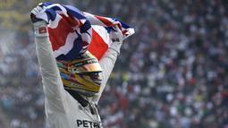 Ekspresi Lewis Hamilton setelah memastikan meraih gelar F1 2017  di Hermanos Rodriguez racetrack, Mexico City, (29/10/20170). Hamilton finis kedelapan pada balapan tersebut. (AP/Moises Castillo)