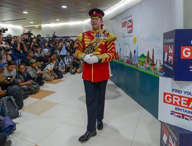 Musisi Militer Inggris Hibur Warga di Terowongan Kereta MRT