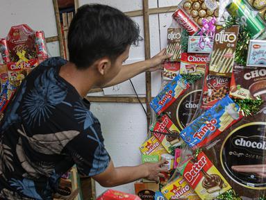 Penjual merapikan parcel untuk di jual di Kawasan CIkini, Jakarta, Selasa (27/4/2021). Permintaan parcel menjelang Idul Fitri 1442 Hijriah mulai meningkat dengan harga bervariasi Rp300 ribu hingga Rp 3 juta per unit tergantung isi parcel, ukuran, dan model. (Liputan6.com/Faizal Fanani)