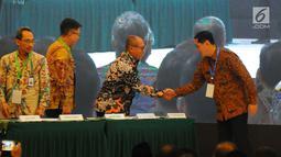 Direktur Utama BPJSTK, Agus Susanto, berjabat tangan dengan Direktur Eksekutif KNKS  Ventje Rahardjo, usai melakukan penandatanganan nota kesepahaman tentang Pengembangan Penyelenggaraan Jaminan Sosial Ketenagakerjaan Berbasis Syariah di Bappenas, Jakarta, Selasa (14/5). (Liputan6.com/Angga Yuniar)