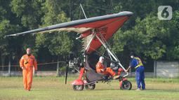 "Anggota Federasi Aero Sport Indonesia (FASI) bersiap menerbangkan pesawat Microlight Trike yang membawa spanduk ucapan ""Terima kasih tim medis"" di kawasan RS darurat penanganan Covid-19 Wisma Atlet Kemayoran, Jakarta, Sabtu (20/6/2020). (merdeka.com/Iqbal S Nugroho)"