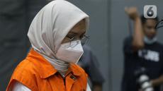 Bupati Probolinggo periode 2013-2018 dan 2019-2024, Puput Tantriana Sari usai rilis penetapan dan penahanan tersangka di Gedung KPK, Jakarta, Selasa (31/8/2021). Puput ditetapkan sebagai tersangka suap seleksi jabatan di lingkungan Pemkab Probolinggo tahun 2021. (Liputan6.com/Helmi Fithriansyah)