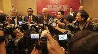Anggota FIBA, Erick Thohir (kanan) mendampingi perwakilan FIBA memberikan keterangan pers di Hotel Mulia, Jakarta, (18/10/2017). Kunjungan ini untuk melihat kesiapan Indonesia sebagai tuan rumah Piala Dunia Basket 2023. (Bola.com/Nicklas Hanoatubun)