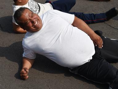 Petugas kepolisian Meksiko melakukan latihan di unit kepolisian di Mexico City (11/12/2019). 1.000 petugas kepolisian Mexico City telah bergabung dengan sebuah program untuk menurunkan berat badan. (AFP Photo/Rodrigo Arangua)