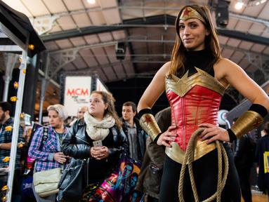 Seorang cosplayer berpakaian seperti Wonderwoman berpose selama Comic Convention Comic Con 2018 di Grande Halle de la Villette di Paris (26/10). (AFP Photo)