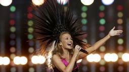 Salah satu gaya Kyle Minogue saat tampil di upacara penutupan Commonwealth Games 2014 di Hampden Park, Glasgow, Skotlandia, (3/8/2014). (REUTERS/Jim Young)