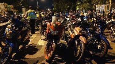 Sepeda motor yang diduga digunakan untuk balapan liar dijejer polisi sebelum dimasukkan ke truk.