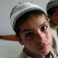 Abdul Rasheed dan Shoaib Ahmed, kakak-adik yang lumpuh ketika malam datang. (dailysabah.com)