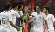 Bek Timnas Indonesia, Hansamu Yama, bersalaman dengan rekan-rekannya usai dikalahkan Singapura pada laga Piala AFF di Stadion Nasional, Singapura, Jumat (9/11). Singapura menang 1-0 atas Indonesia. (Bola.com/M. Iqbal Ichsan)