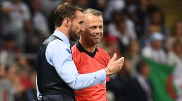 Pria yang dijuluki wasit terkaya di dunia itu ditugaskan untuk memimpin final Euro 2020 pertama Inggris. Kabar bagus buat The Three Lions, mereka lebih sering menang saat dipimpin oleh Bjorn Kuipers. (Foto: AFP/Franck Fife)