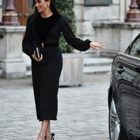 Meghan Markle keluar dari mobil setibanya untuk menghadiri pembukaan pameran Oceania di Royal Academy of Arts, London, 25 September 2018. Duchess of Sussex mengenakan gaun hitam Givenchy dengan lengan berbahan menerawang. (AP/Arthur Edwards)