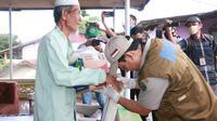 Pemkot Bengkulu terus berupaya menghadirkan kebahagiaan untuk warga, salah satunya dengan memberi bantuan modal kerja kepada para pedagang kecil. (Liputan6.com/Yuliardi Hardjo)